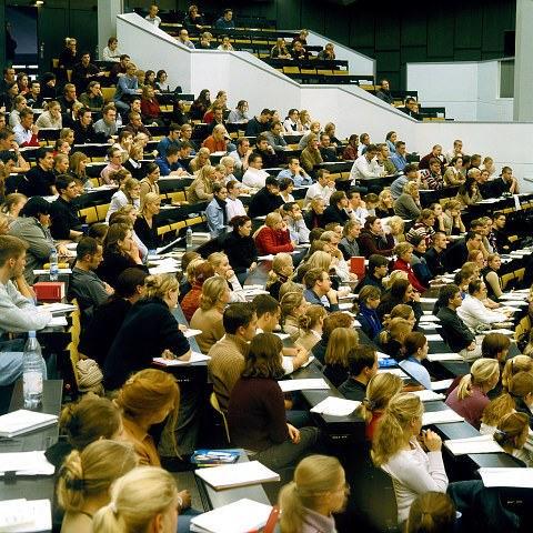 Bildnr. SSH0114: Studierende während einer Vorlesung im großen Hörsaal des Audtorium Maximum  Bildnachweis: Foto: Kröger/Dorfmüller, Copyright: Uni Kie