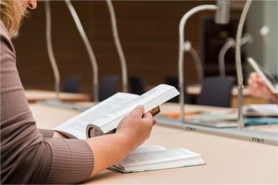 Studierende arbeitet in Bibliothek