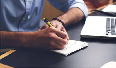 Studierender macht sich Notizen